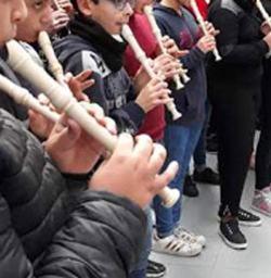 Classe di bambini che suonano il flauto dolce