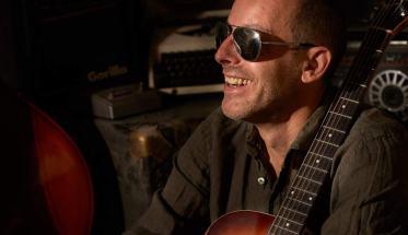 Il cantautore Kape, con gli occhiali da sole