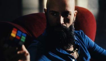 DARMAN, Dario Mangiacasale con il cubo di Rubik in mano