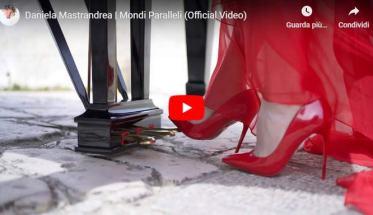 pedale del pianorte con il piede della pianista con scarpa rossa nella copertina del video di Daniela Mastrandrea, Mondi Paralleli