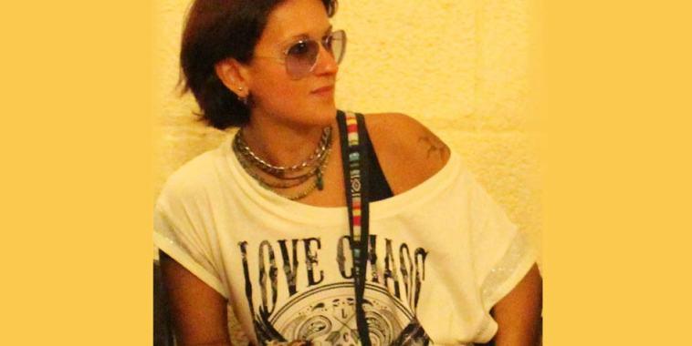 La giornalista Doriana Tozzi con una maglietta bianca e gli occhiali da sole