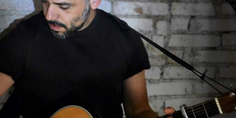 Roberto Sarno con la chitarra