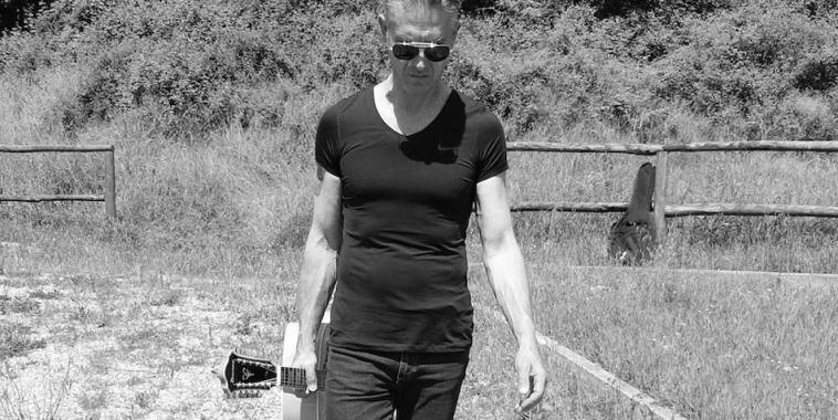 Ivan Francesco Ballerini con la chitarra in una mano