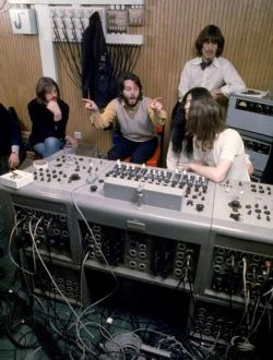 Ringo, Paul, George e John al mixer con Yoko Ono