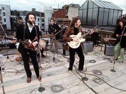 Beatles mentre suonano sul tetto
