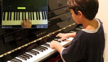 bimbo al pianoforte a lezione online