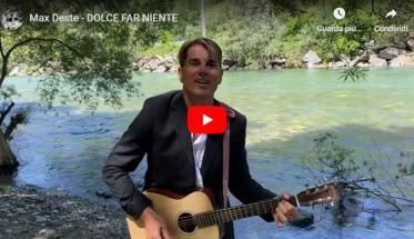 Max Deste nella copertina del video Dolce far niente con la chitarra sul lago
