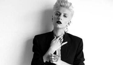 Elisa Raho vestita di nero