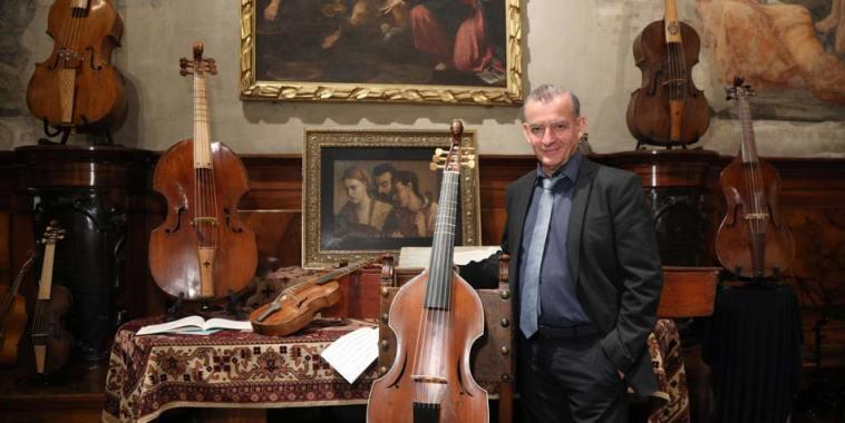 Josè Vázquez in mezzo a strumenti antichi