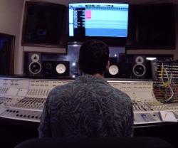 Leonardo Bertinelli davanti al mixer e al monitor