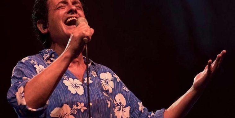 Gianni Conte mentre canta