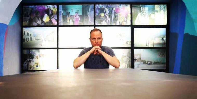 Daniele Guastella seduto ad un tavolo