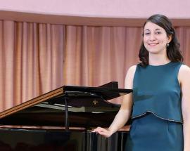 Maria Lucia Bazza appoggiata ad un pianoforte