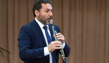 Stefano Ongaro mentre suona il clarinetto