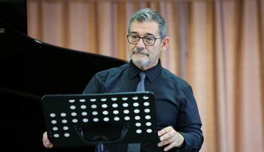 Pierluca Porri con leggio vicino al pianoforte