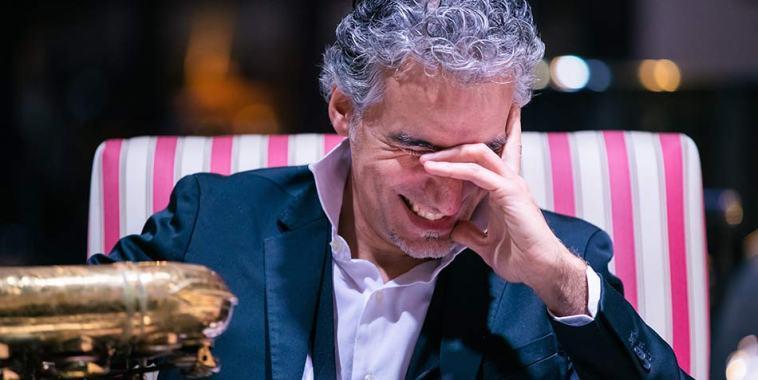 Felice Clemente mentre ride e si intravvede il sax