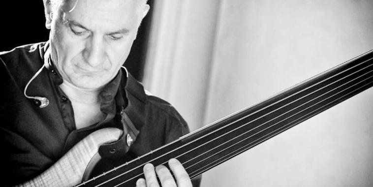 Manuel Muzzu mentro suona il basso