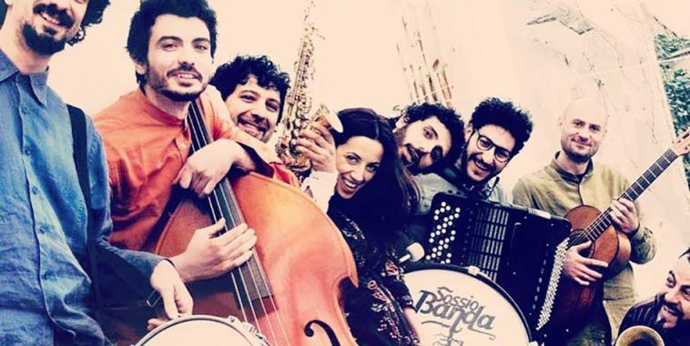 La Sossio Banda con gli strumenti musicali