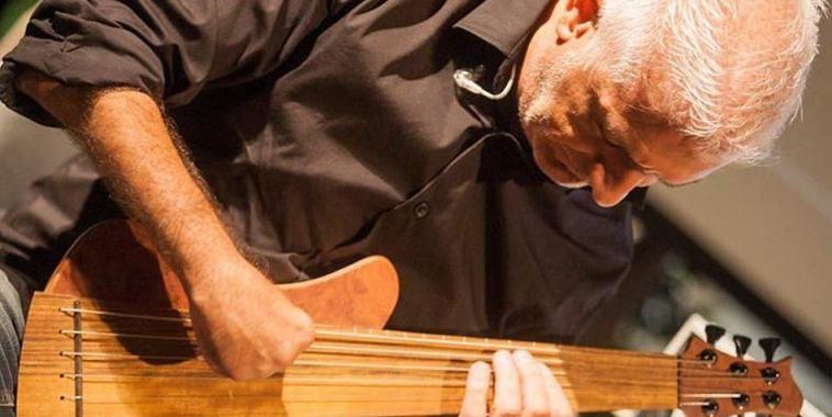 Manuel Muzzu mentre suona il basso