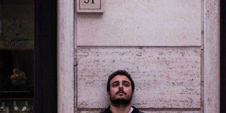Alberto PIRO appoggiato ad un muro sotto il civico 91
