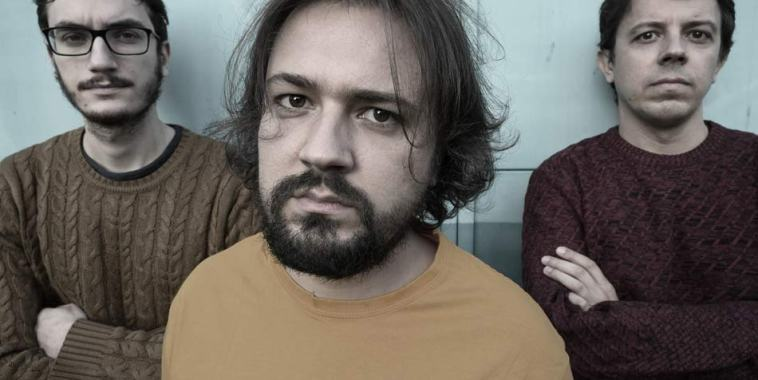Carlo Peluso e dietro gli altri due componenti del trio