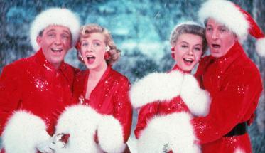 Bing Crosby, Rosemary Clooney, Vera-Ellen and Danny Kaye in White Christmas vestiti da babbo natale