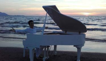Ippolito al pianoforte bianco in riva al mare
