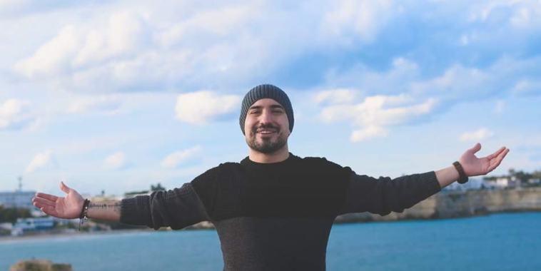 Alessandro Coco a braccia aperte al mare