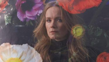 Ane Brun in mezzo ai fiori