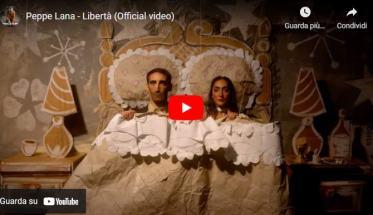 Peppe Lana a letto in copertina del video di Libertà