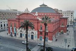 Vista dall'alto dell'esterno del Teatro Petruzzelli di Bari