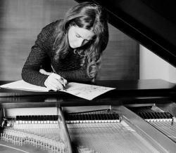 Carole King al pianoforte mentre compone