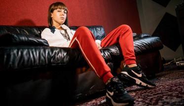 EB, Elisa Bianchi, seduta su un divano nero