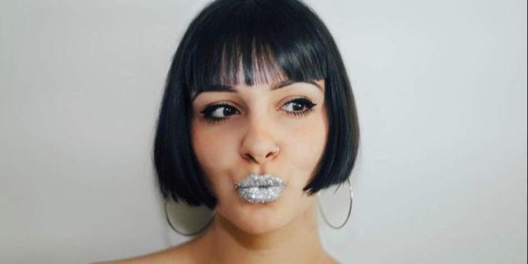 La cantautrice MAYA con le labbra glitterate