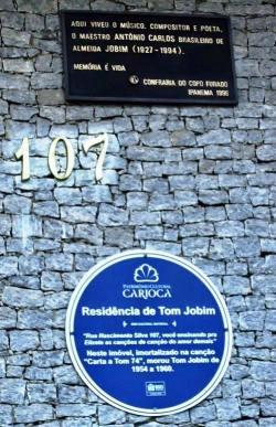 Le targhe davanti alla storica casa di Tom Jobim