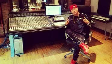 Mc Ivanhoe davanti al mixer in studio di registrazione