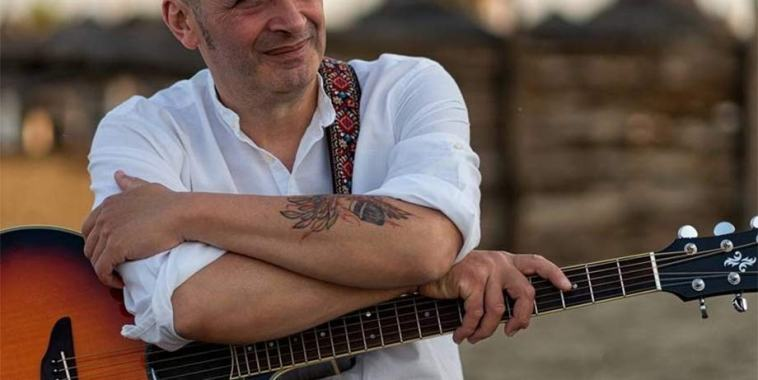 Francesco Reitano con la chitarra