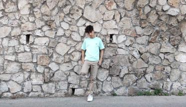 Sergio, appoggiato ad una parete rocciosa