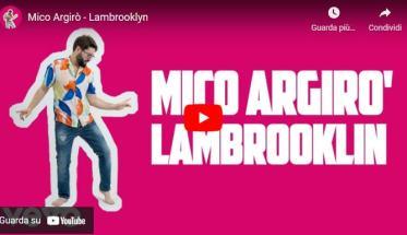 Mico Argirò in copertina del video Lambrooklyn su uno sfondo rosa shokking
