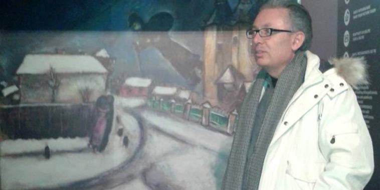 Il musicista e composite Alfio Sgalambro davanti ad un dipinto