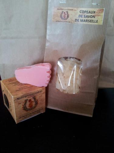 Un cube de savon naturel, un savon personnalisé et des copeaux... Merci !