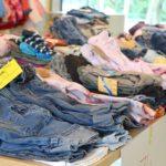 Vêtements enfant : revente, recyclage, quelles méthodes pour faire de la place et des économies ?