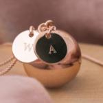Bola de grossesse : le bijou symbolique pour une future maman