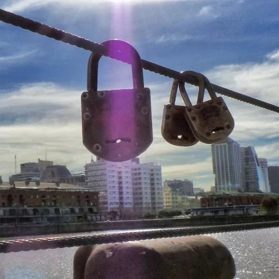 Sobre la candadización de puentes y fuentes
