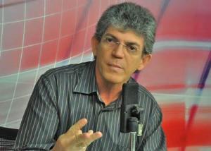 """Governador anuncia pagamento de parcela do 13° salário e provoca Cartaxo: """"Sem coletiva, apenas uma tuitada"""""""