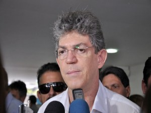 """Governador põe nas mãos do PMDB futuro da aliança e manda recado para partido: """"Minha vitória quem deu foi o povo"""""""