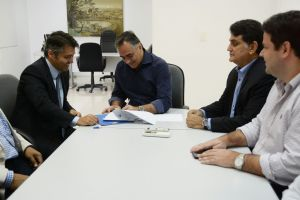 Prefeito se reúne com presidente do INSS e assina convênio da Comprev