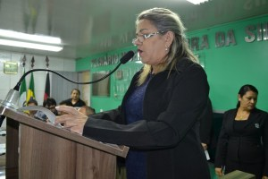 Mesmo agraciada com cargos, vereadora contraria posicionamento de Luiz Antônio