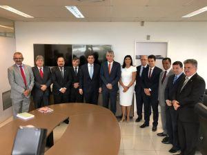 RC posa para foto ao lado de Lígia Feliciano e tenta afastar distancimento com vice-governadora