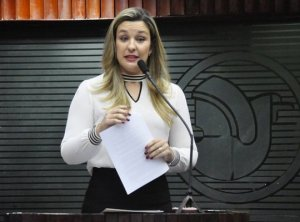 Camila critica falta de investimento no esporte e cortes no Bolsa Atleta